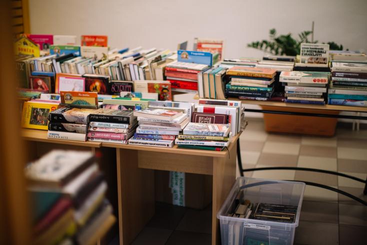 A járványhelyzet alatt kapott jutalomból vett új könyveket a könyvtárnak egy egészségügyi dolgozó