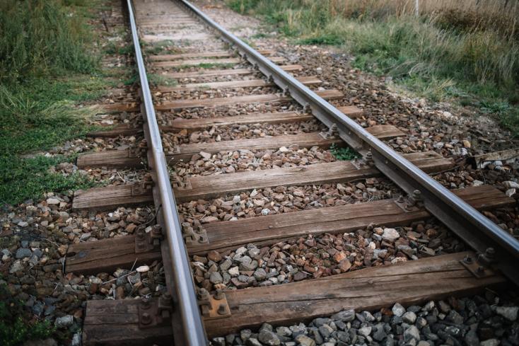 TRAGÉDIA: Vasútállomásnál gázolt halálra egy nőt a vonat
