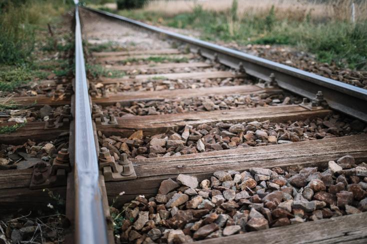 Elsodorta a vonat a vasúti átjáróban a gyalogost, nem élte túl