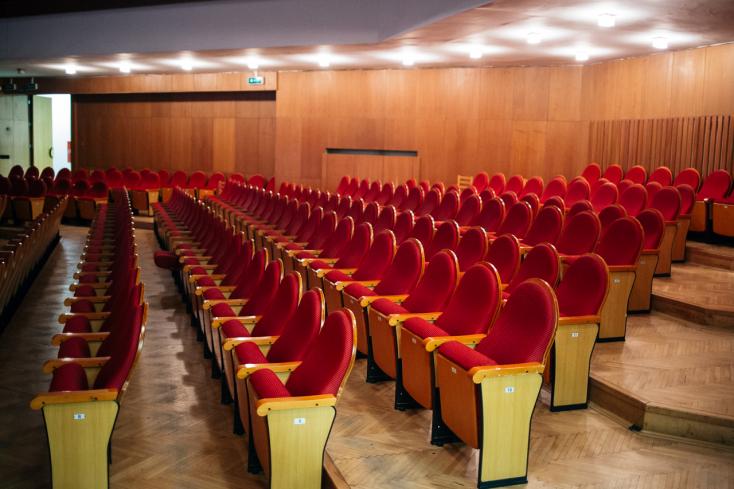 Váratlanul érte a színházi és a mozis szakmát a kormány döntése, az előadásokra pár napot még várni kell