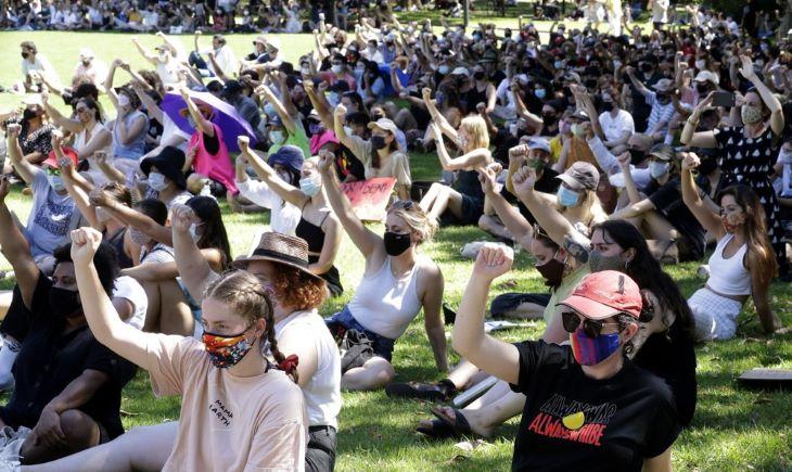 Ezrek tiltakoztak Ausztráliában a nemzeti ünnepen