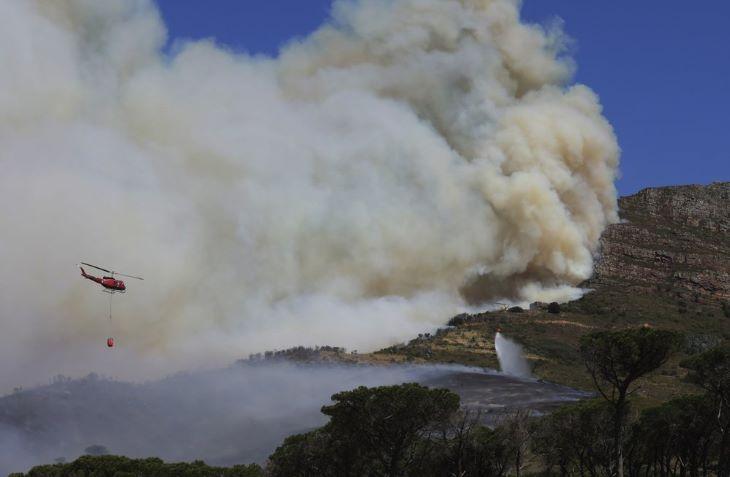 Tűz tombolt a dél-afrikai Fokváros nevezetességén, a Tábla-hegyen