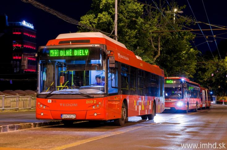 Két városi busz ütközött az egyetem előtt