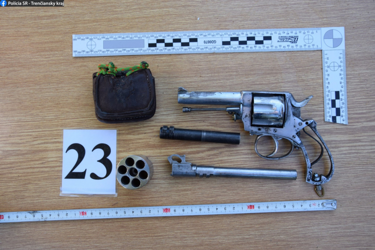 Kábítószer és fegyverek kerültek elő egy házkutatás során