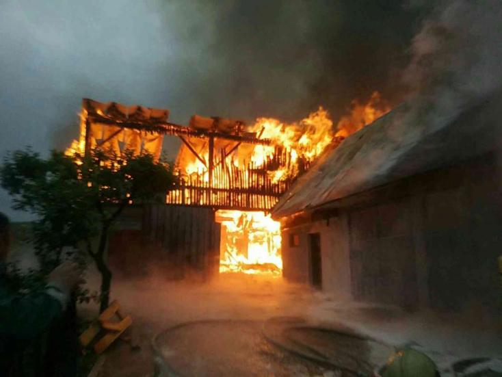 Kigyulladt két mezőgazdasági épület, 40 tűzoltó küzdött a lángokkal