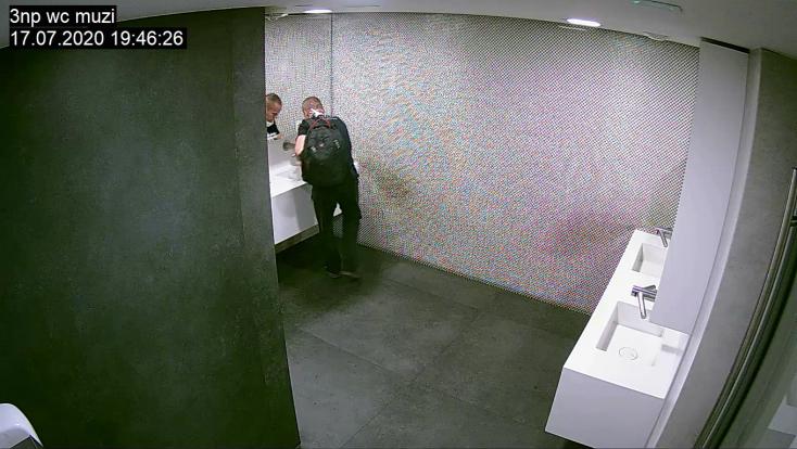 Fegyveres rablás egy bankfiókban, a rendőrség ezt a férfit keresi (FOTÓK)