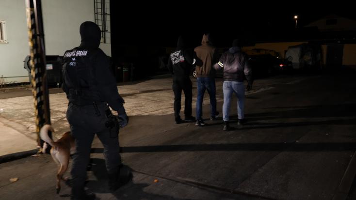 Álarcos rendőrök razziáztak egy irodaházban, három személy végezte bilincsben