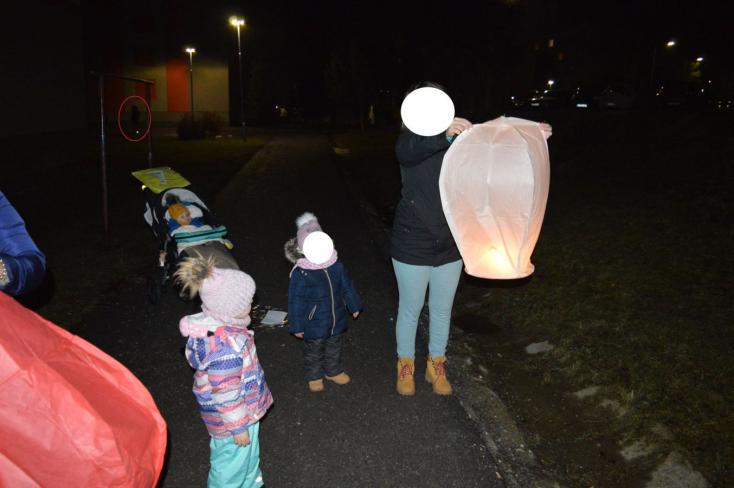 Az utcán sétáló kisgyermekes család mellé dobták a tűzijátékot