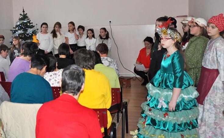 Egyházkarcsai tanulók látogattak el a Medvei Szociális Otthonba