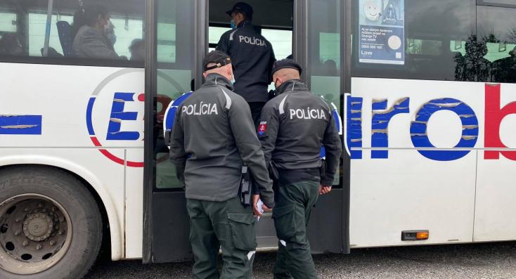 Autóbuszokon és plázában ellenőrizték a rendőrök, hogy az emberek hordanak-e szájmaszkot (FOTÓK)