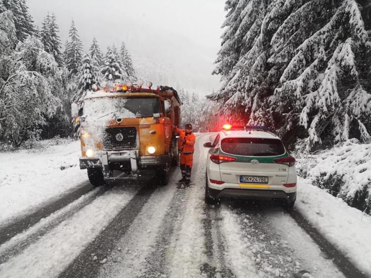 Szlovákia egy részén reggelre lehullott az első idei hó, a rendőrség figyelmeztet (FOTÓK)