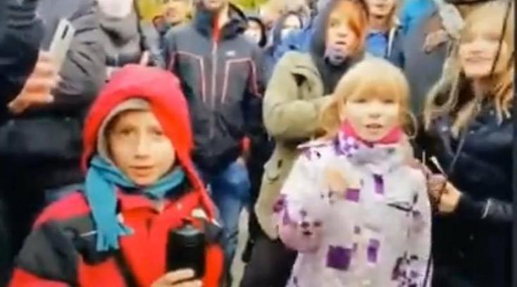 """""""Matovič egy f*sz!"""" – gyerekekkel szidatták a kormányfőt a pozsonyi tüntetésen (VIDEÓ)"""