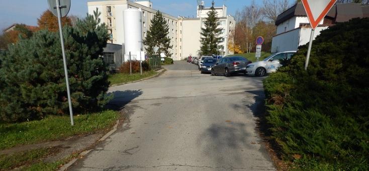 Súlyosan sérült nőt találtak a kórház közelében, valószínűleg elgázolta egy autó