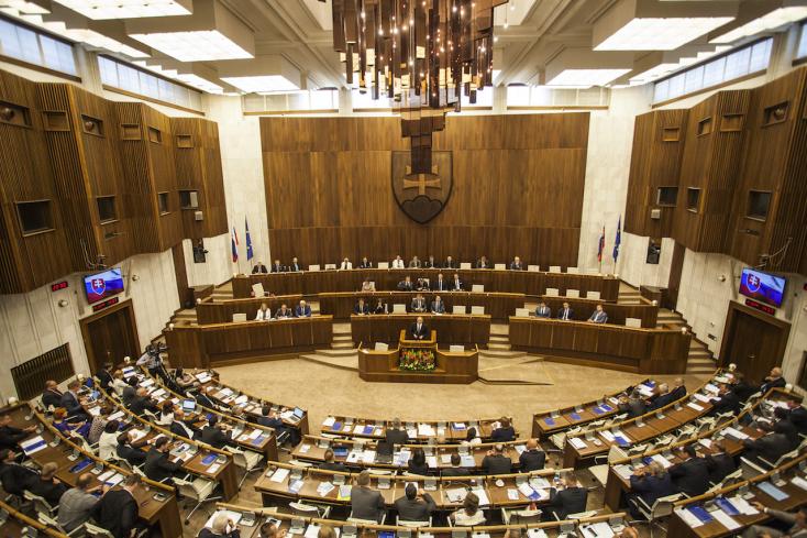 Ebédszünet nélkül folytatódik a parlament ülése