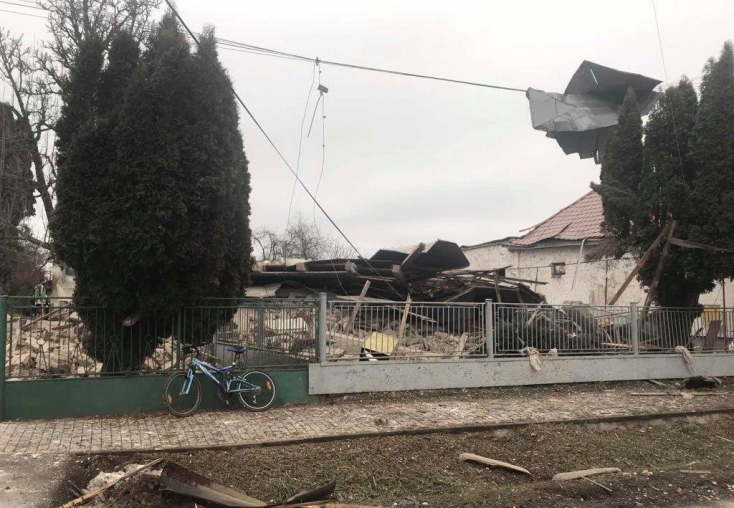 Durva gázrobbanás történhetett egy családi házban, élő embert mentettek ki a romok alól