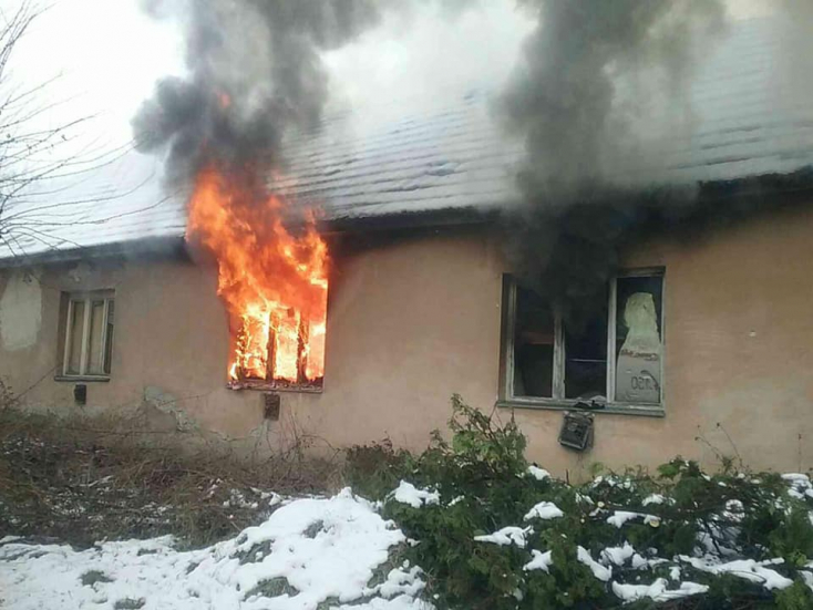 Két embert mentettek ki a tűzoltók a lángoló épületből (FOTÓK)