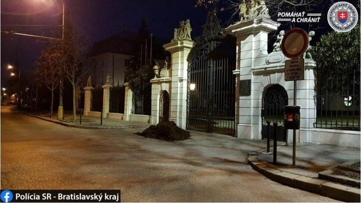 Egy kupac trágyát szórtak ki a kormányhivatal épülete előtt az éjszaka, egykori miniszter áll a hadjárat mögött