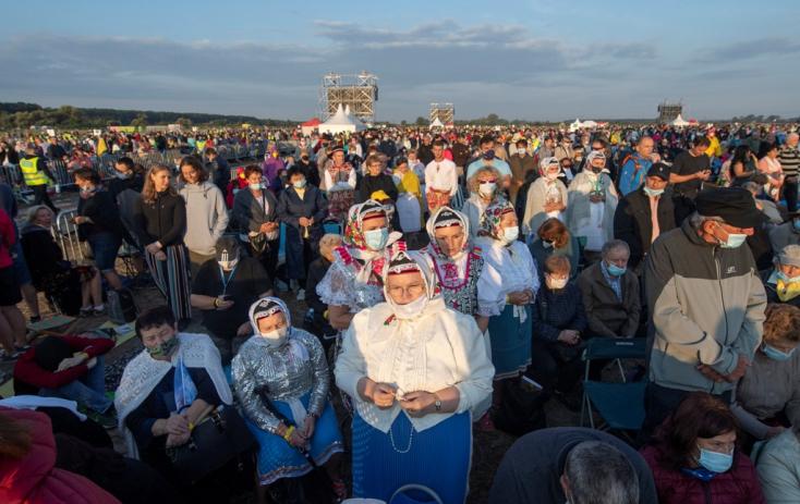 Sokan már hajnaltól vártak, hogy láthassák a pápát, a szentmisére vezető úton dugók alakultak ki