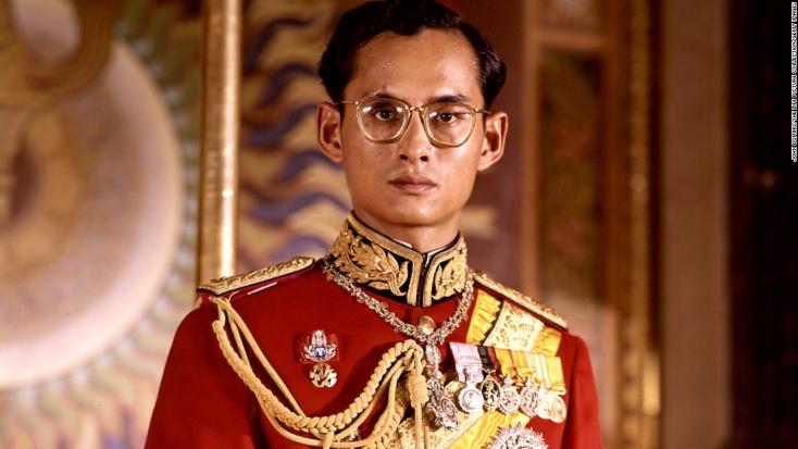 Eszedbe ne jusson Thaiföldön elégetni a királyi család fotóit!