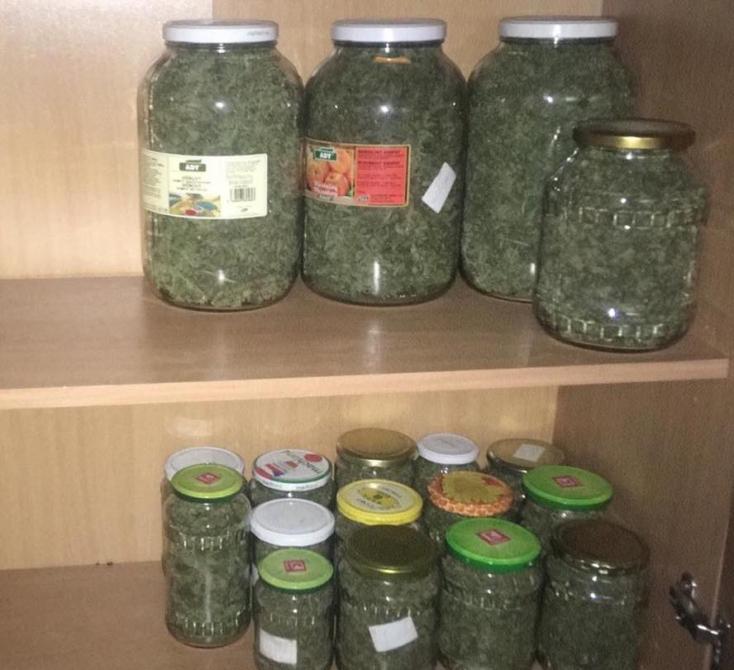 Óriási mennyiségű kábítószert találtak egy lakásban, feketepiaci értéke eléri a 180 ezer eurót! (FOTÓK)