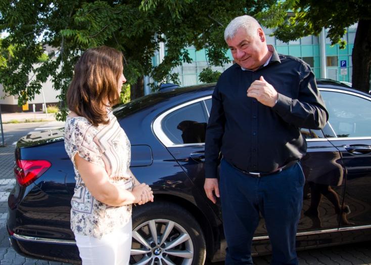 Szolgálati autójával vitt munkába egy nőt Érsek – többen nem rajonganak az ötletéért
