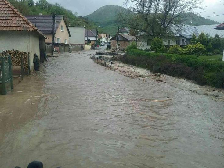Elöntött egy falut a megáradt folyó, egy ember meghalt (FOTÓK)