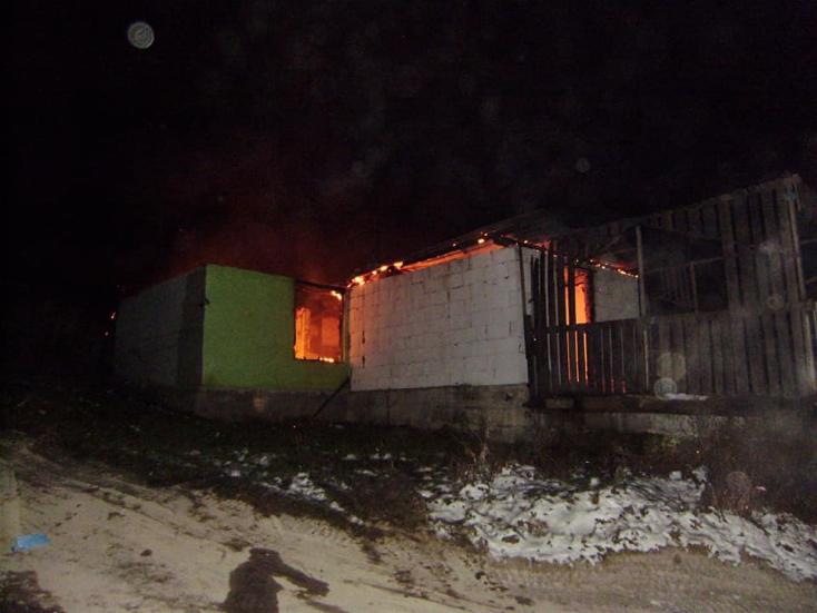 Borzalmas tragédia: öt személy égett benn a családi házban, köztük négy gyerek