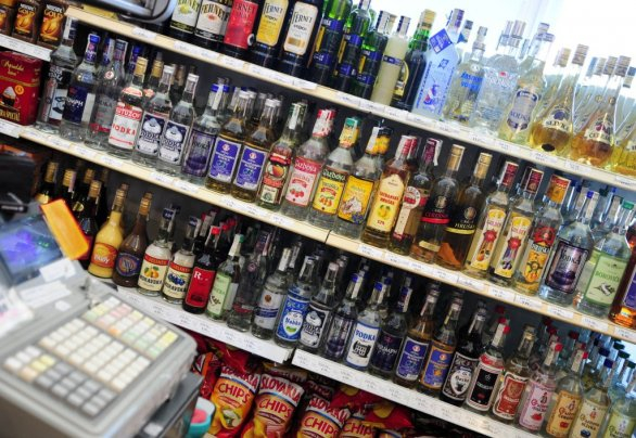Az önkormányzatok dönthetnének a dohányboltok éjszakai szeszesital-árusításáról