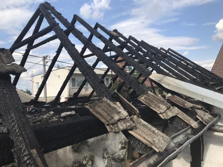 Lángra kapott három családi ház teteje! (FOTÓK)