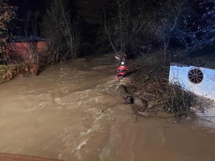 Megáradt folyó sodort el három nőt, az egyikük holttestét megtalálták