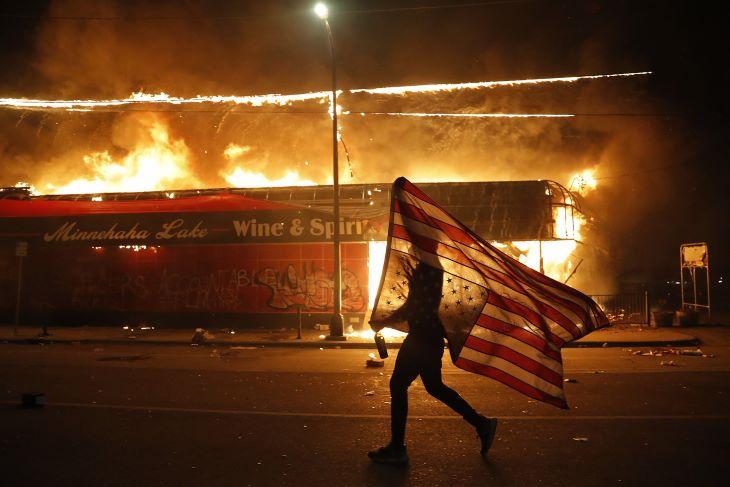 Minneapolis lángokban, a tüntetők felgyújtottak egy rendőrőrsöt