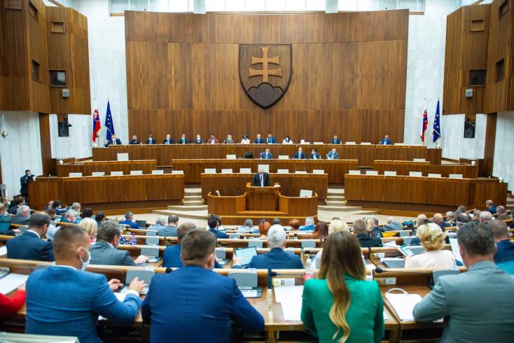 Kitiltották a parlamentből a fotóst, aki lencsevégre kapta, ahogy Šeligáék megszegték a járványügyi intézkedéseket