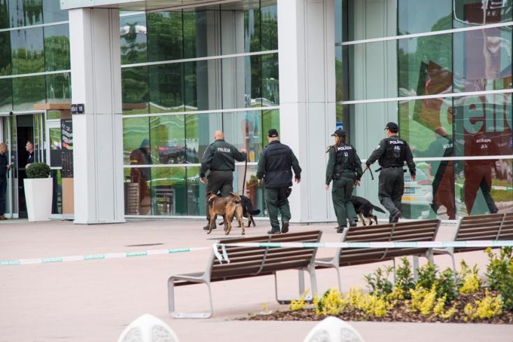 Bombariadó miatt evakuálták az összes szlovákiai Auparkot!