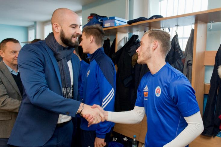 Üvegpohárral vágott fejen egy biztonsági embert a Slovan vezérigazgatója