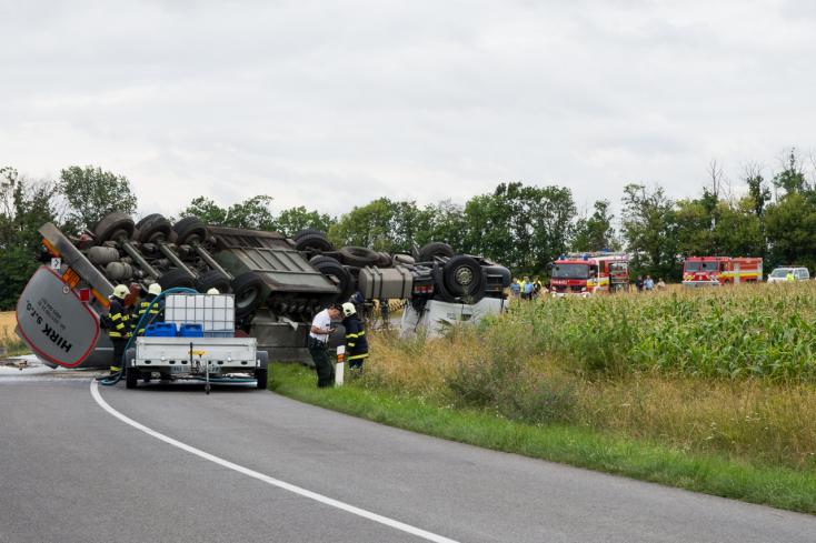 KAMIONBALESET: Napokig állt a munka, mert a kamion tulajának nem felelt meg az elhárítást végző cég
