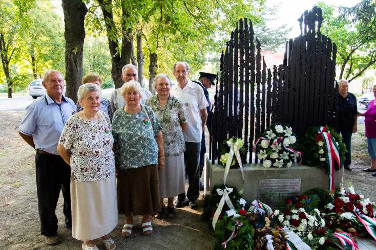 Szobrot szenteltek a több száz kitelepített lakos emlékének Vezekényen