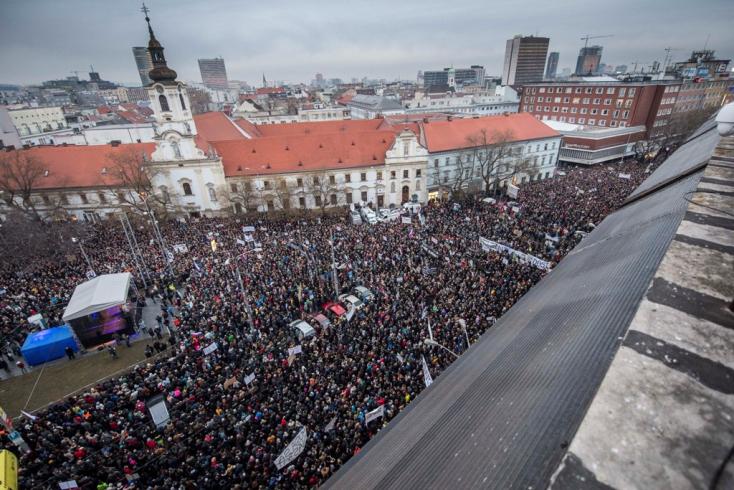 Hatalmas tömeg gyűlt össze a pozsonyi SNP téren, mozdulni is alig lehetett!
