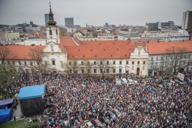 TÜNTETÉS: Tízezrek követelték az utcákon Gašpar lemondását