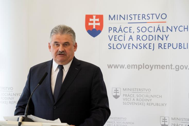 A munkaügyi miniszter két lehetőséget lát a minimálbér emelésére