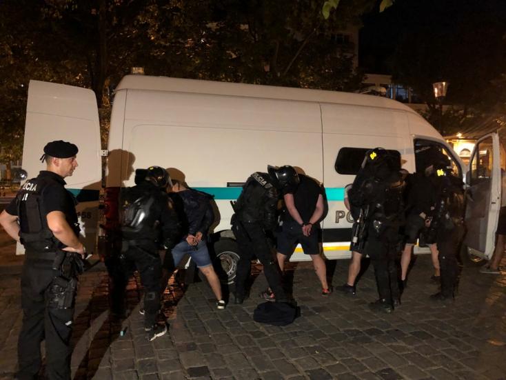 Börtönbüntetés mellett kitoloncolással sújtották a Pozsonyban verekedő szurkolókat