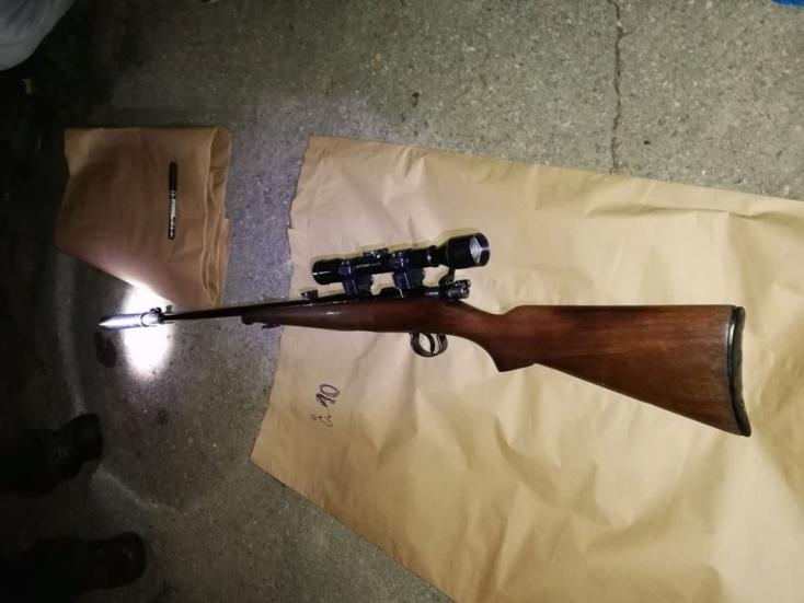 Rendőrségi akció: kábítószert és puskát találtak a házkutatás során