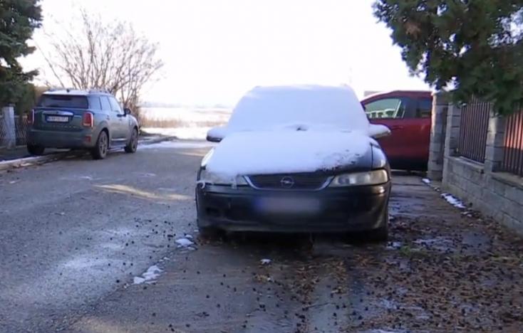 """Több mint egy éve áll a komáromi ház előtt egy Opel, és ez nem az első """"parkolója"""""""