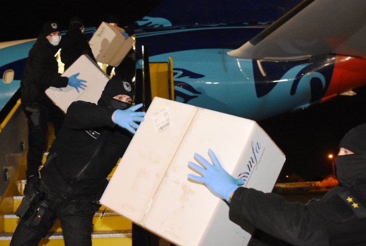 Kétmillió maszk, és egymillió gyorsteszt érkezett Kínából