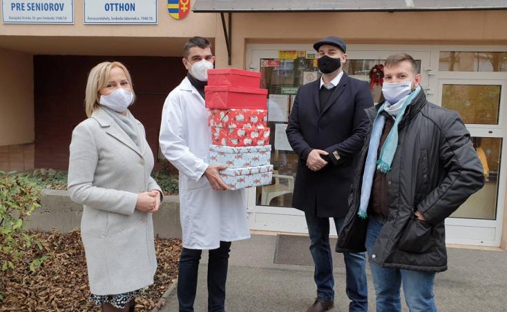 Ajándékokkal lepték meg a dunaszerdahelyi Idősek otthona lakóit