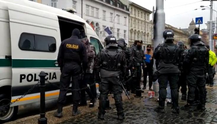 Kotlebáék megint az elnöki palota előtt duzzognak, közbelépett a rendőrség