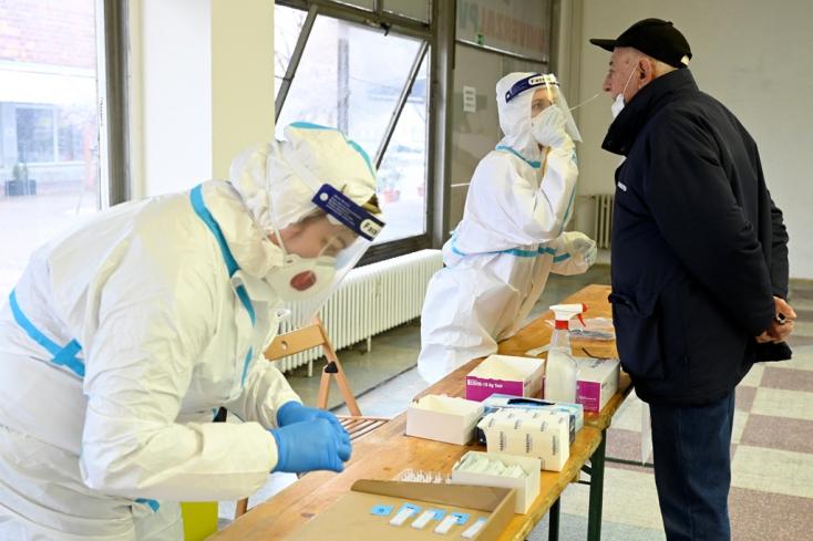 TESZTELÉS: Nyitrán és Kassán két nap alatt több mint ezer koronavírus-fertőzöttet szűrtek ki