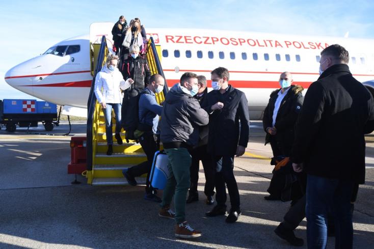 Lengyel orvosok segítik a hétvégi országos tesztelést, Matovič a repülőtéren fogadta őket (videó)