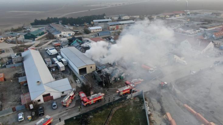 Tűz ütött ki egy szenci üzem telephelyén