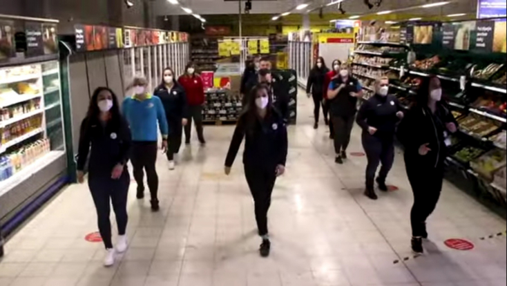 Táncra perdült a bősi Tesco kollektívája – VIDEÓ