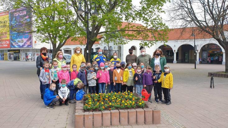 Lelkesen ültették a virágokat az ovisok Dunaszerdahelyen